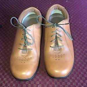 DREW size 8 W tulip shoes camel color